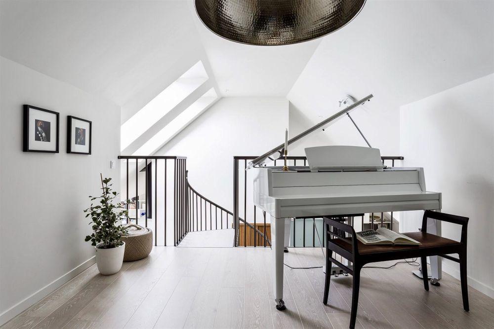 A felső szinten egy zongora is elfért