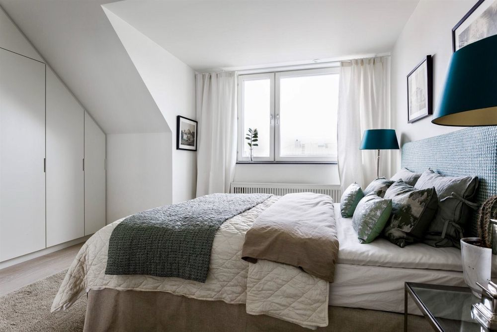 Kék lámpaernyők dobják fel a hálószoba nyugodt egyhangúságát