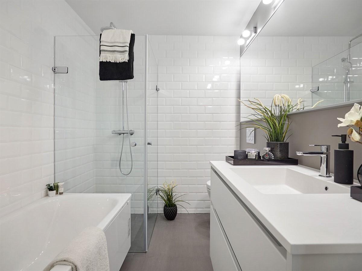 Egyszerű fürdőszoba fehér metró csempékkel