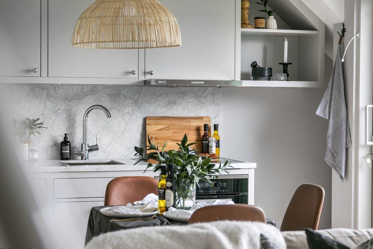 A konyhai munkalap és a konyhafal burkolat is szürke árnyalatban