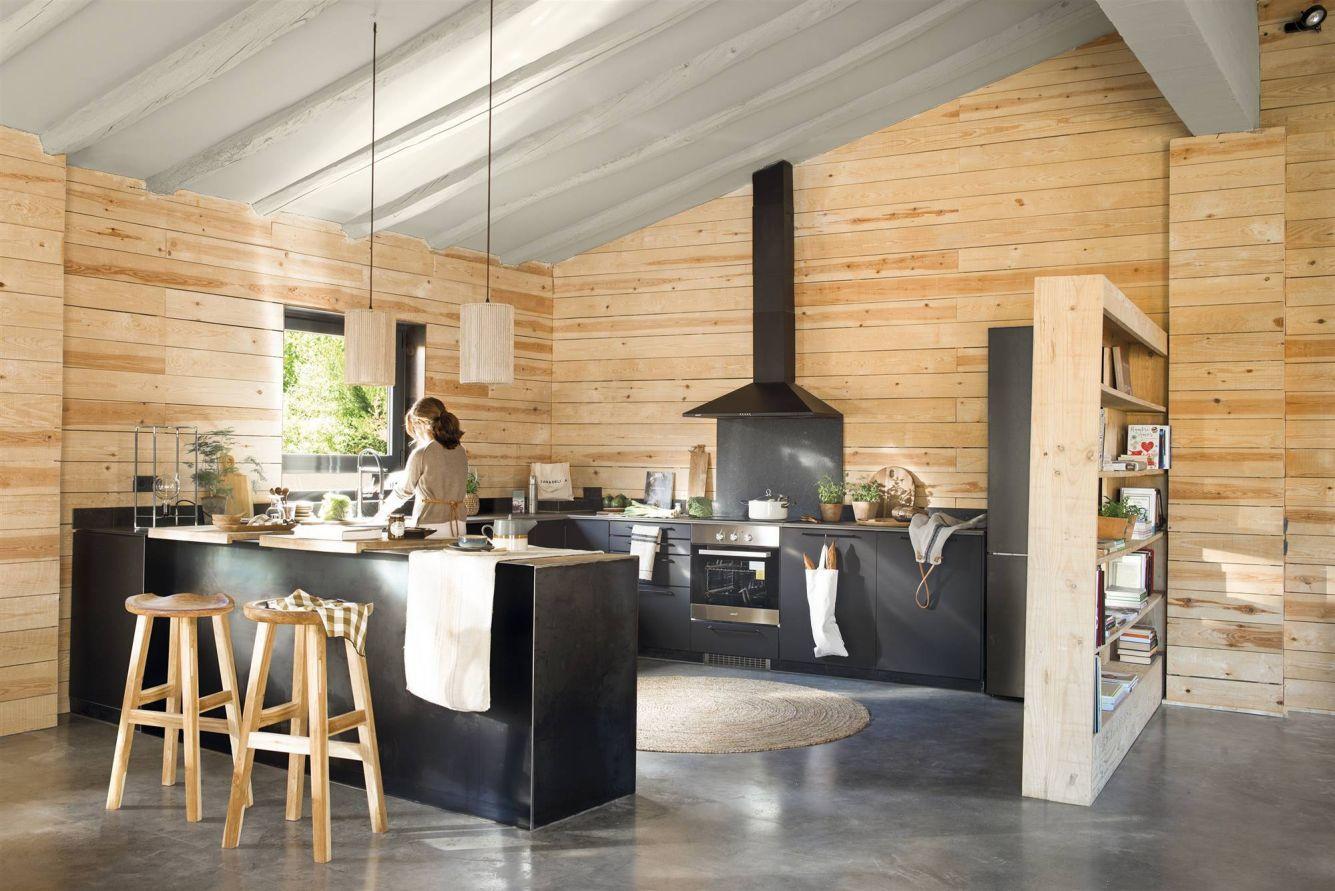 Nyers fa falburkolat adja a hátteret a kortárs U-alakú matt fekete konyhának