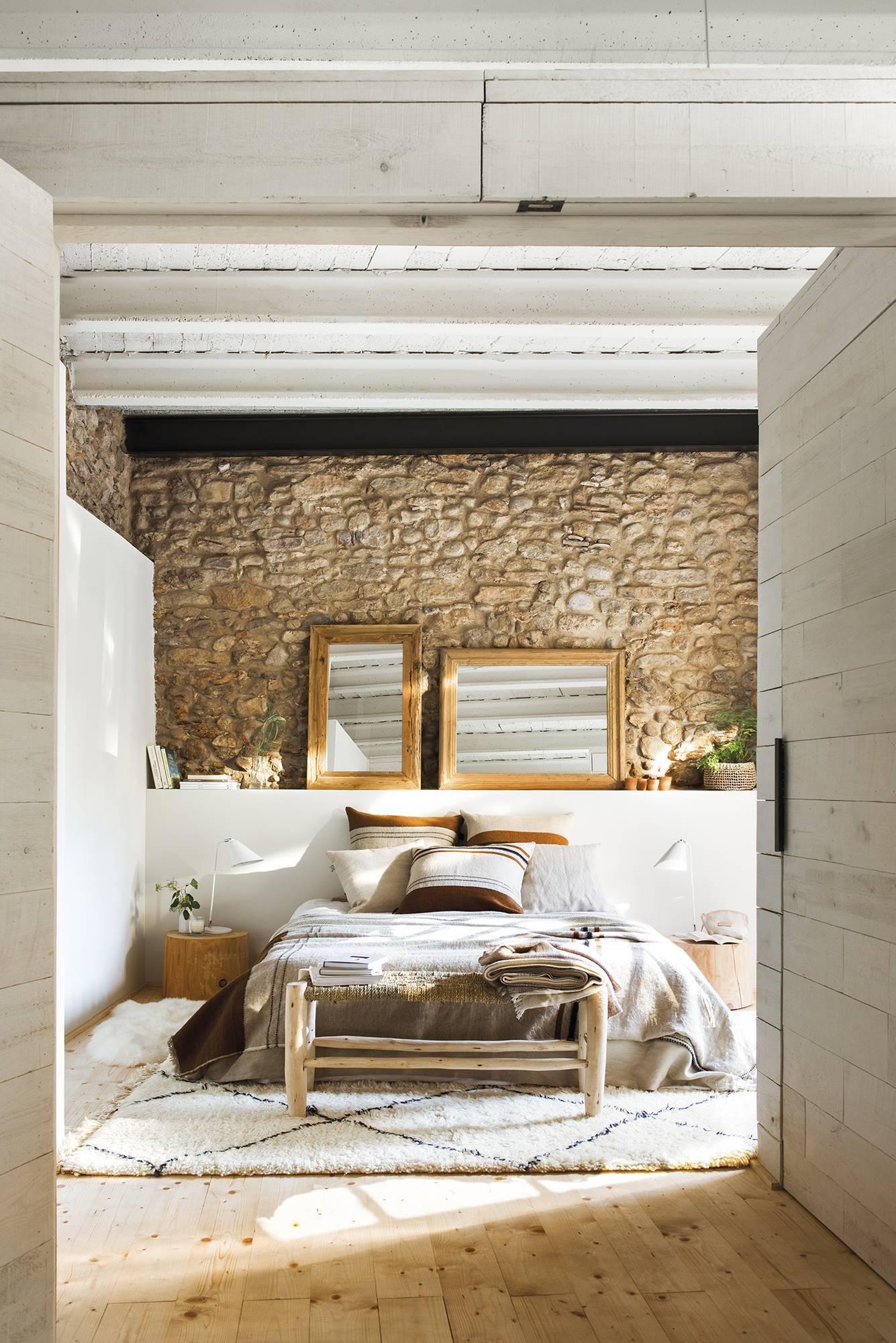 Rusztikus kőburkolatot kapott a hálószoba fala is