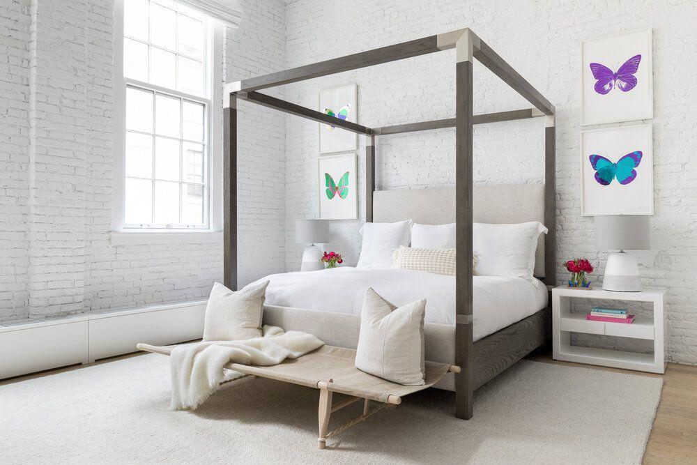 Szülői hálószoba fehér téglafalakkal