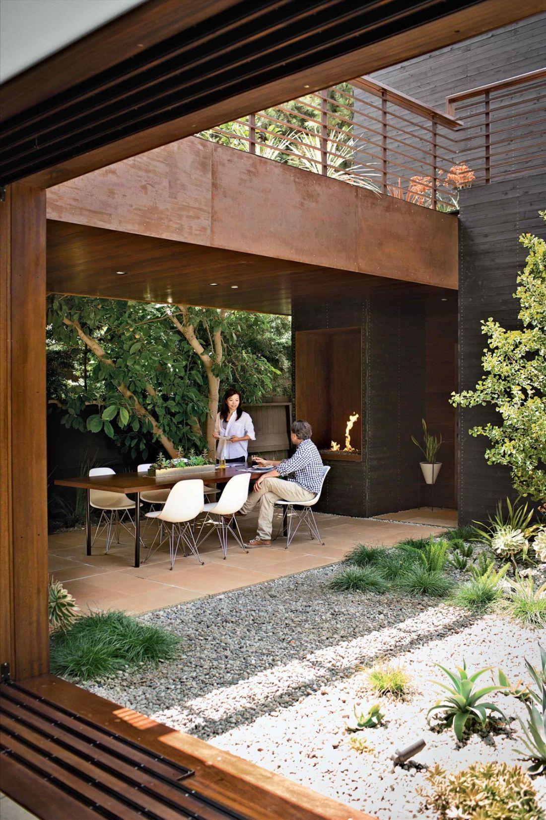 Stílusos belső kert corten acél falak között