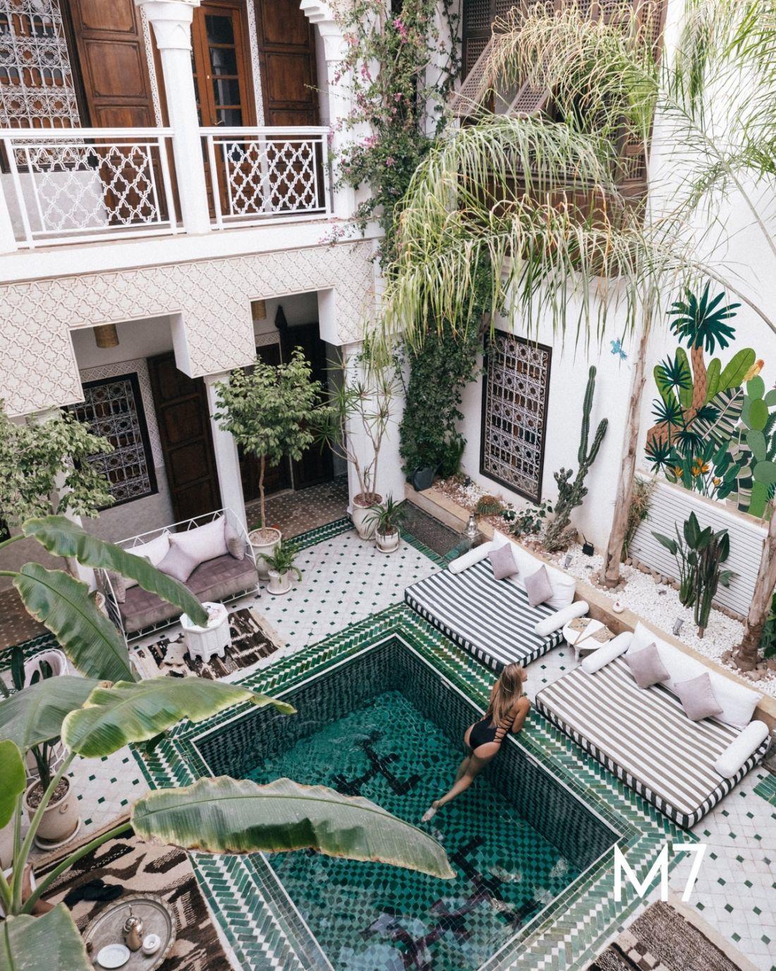 Egzotikus belső kert medencével