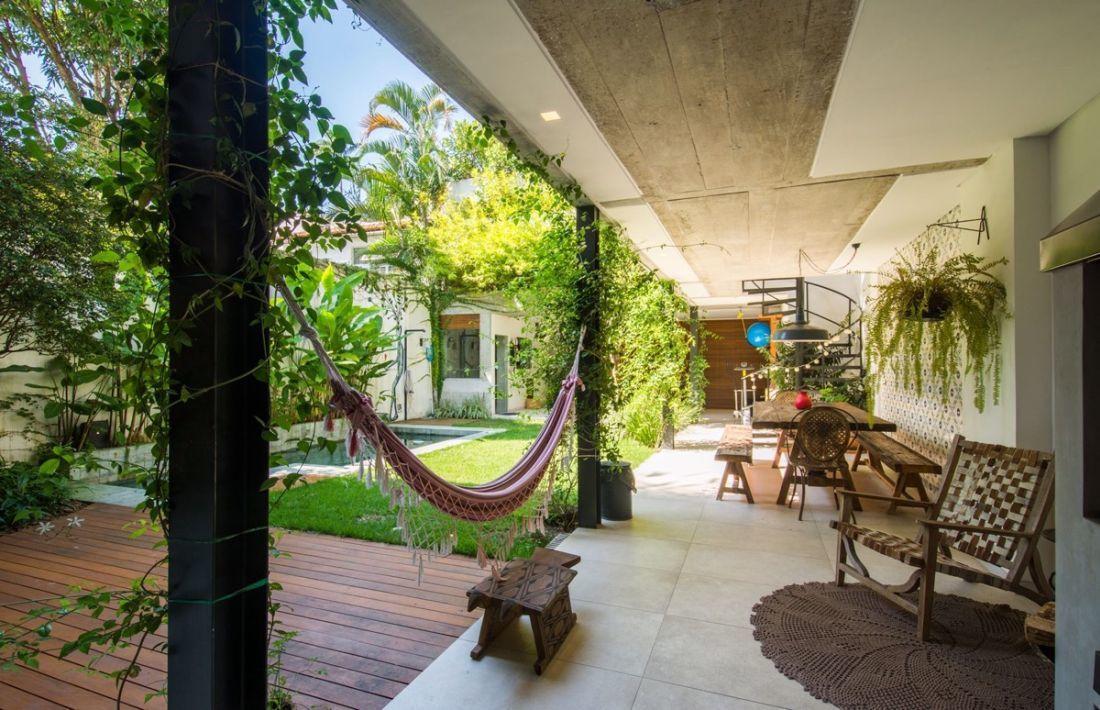 Veranda és zöld belső kert egysége Brazíliából