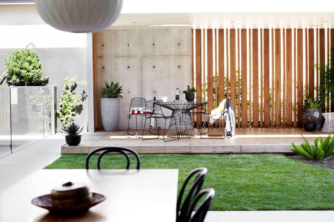Belső kert egyszerű pázsittal