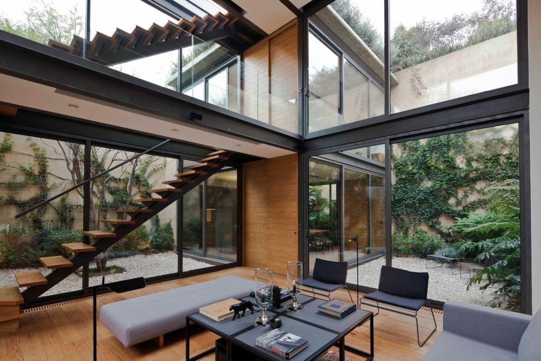 Háromszintes ház dupla belső kerttel
