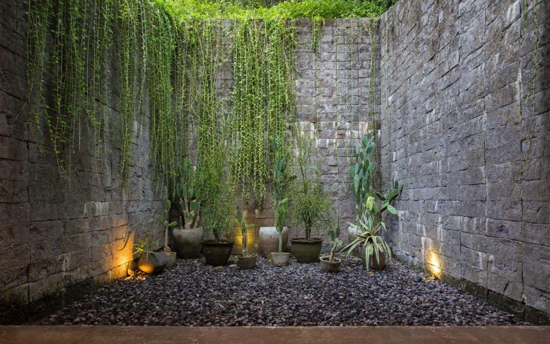 Kőfalakkal lezárt belső kert részlet