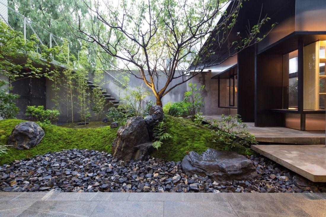 Dimbes-dombos belső kert fával és kavicsokkal