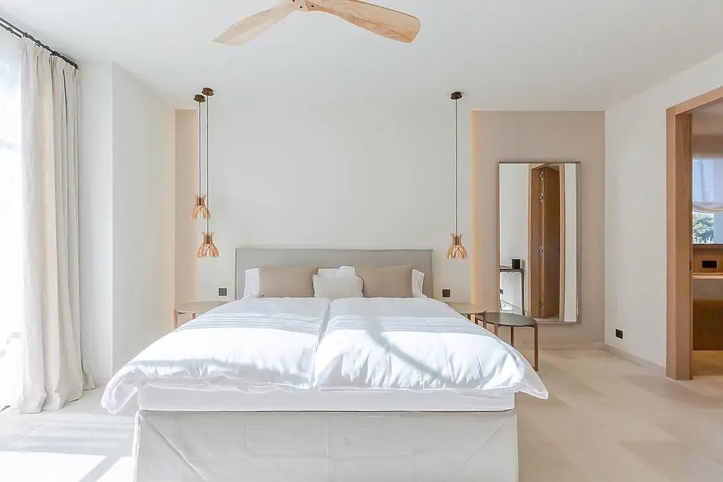 Letisztult hálószoba lakberendezés réz olvasólámpákkal
