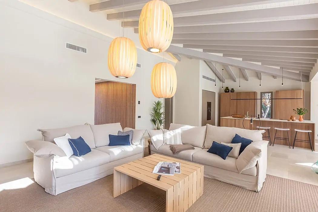 Egyterű nappali a ferde tetősík alatt
