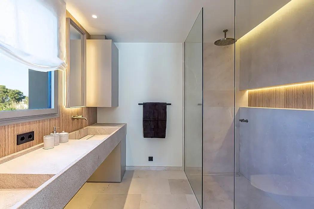 Öntött mosdópult és zuhanyzó