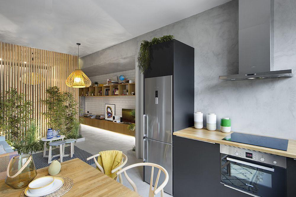 Talán a hűtő egy kicsit erőteljes elem és szinte a lakás közepére tervezték