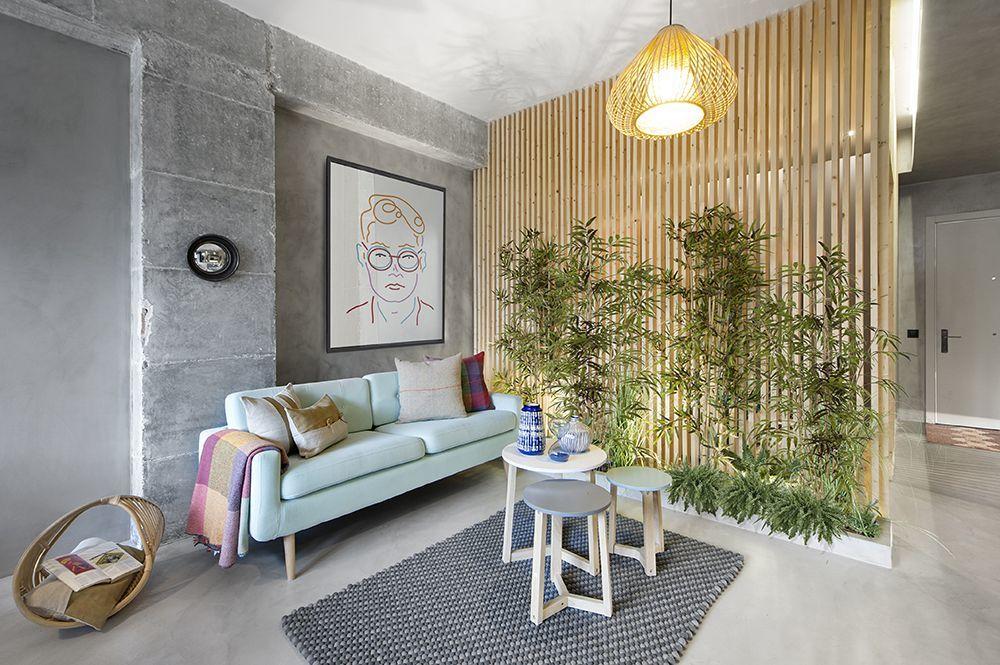 A nappali pisztáciafagyi színű kanapéja kávézóasztalokkal
