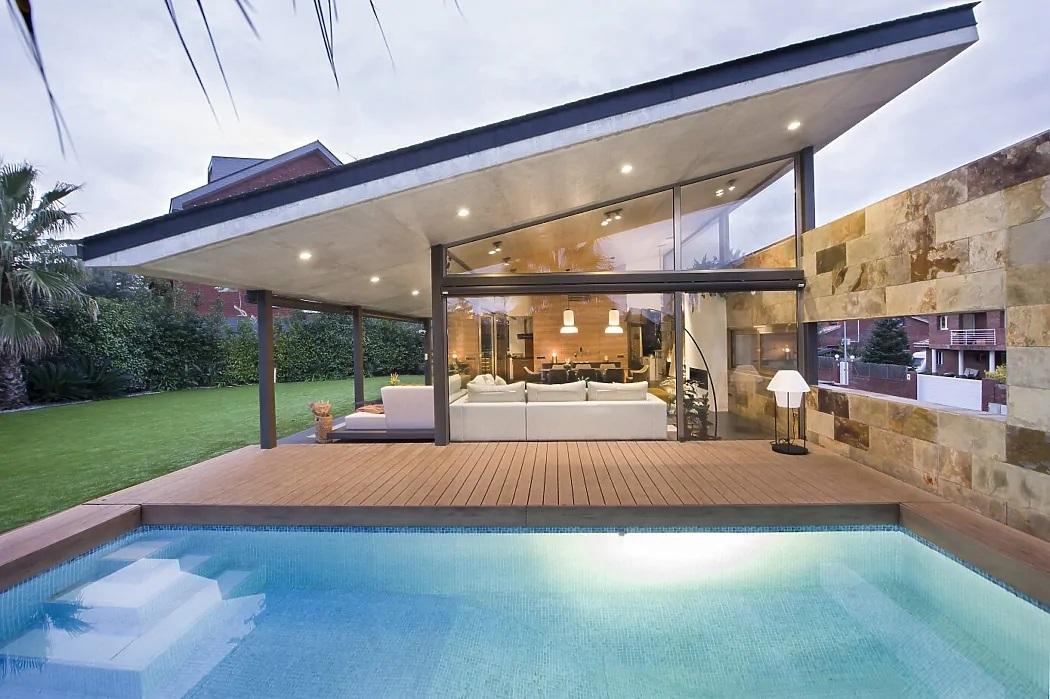 Üvegezett veranda ferde tetővel