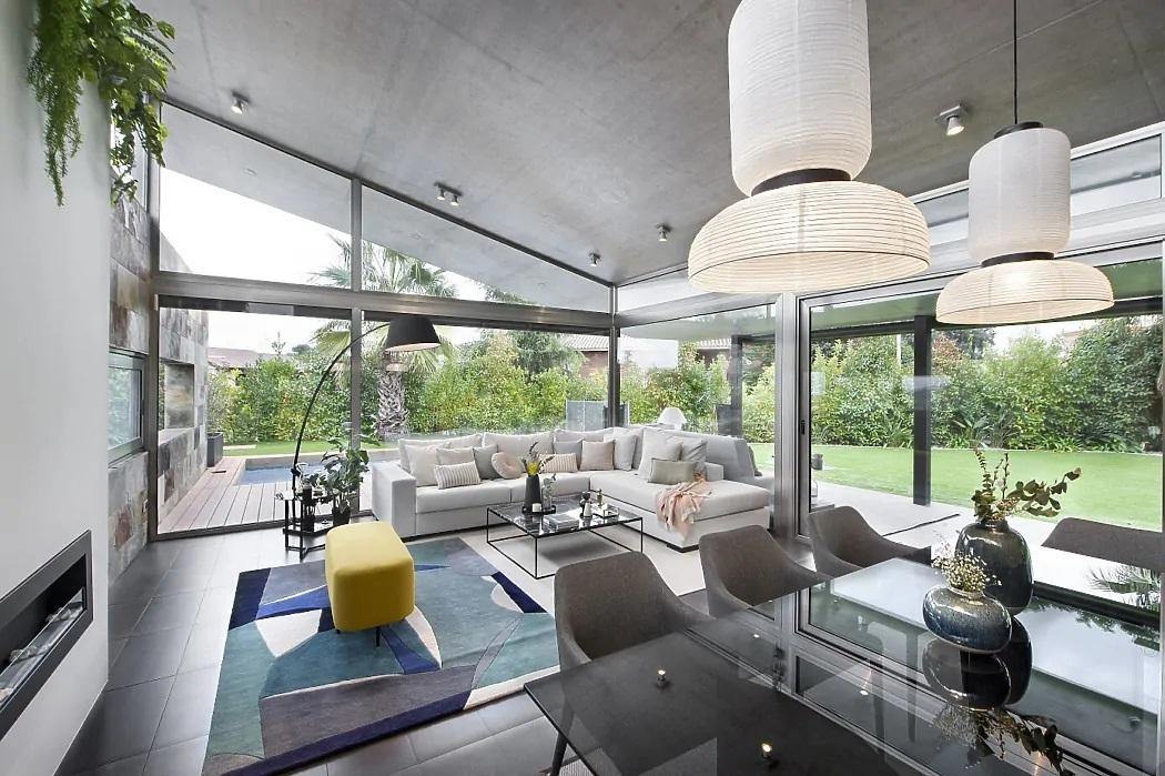 Minden megvan az üvegezett veranda alatt étkező és nappali
