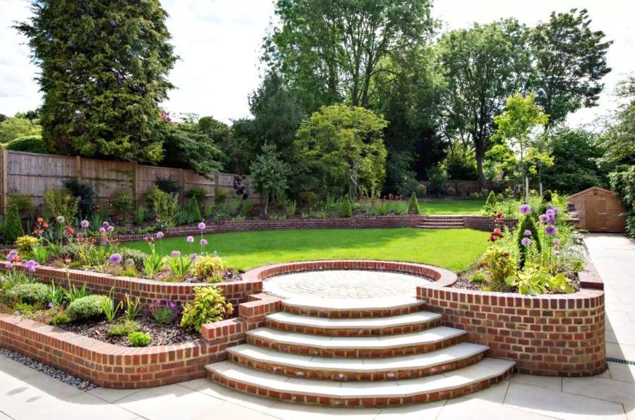 Támfalakkal kialakított kert