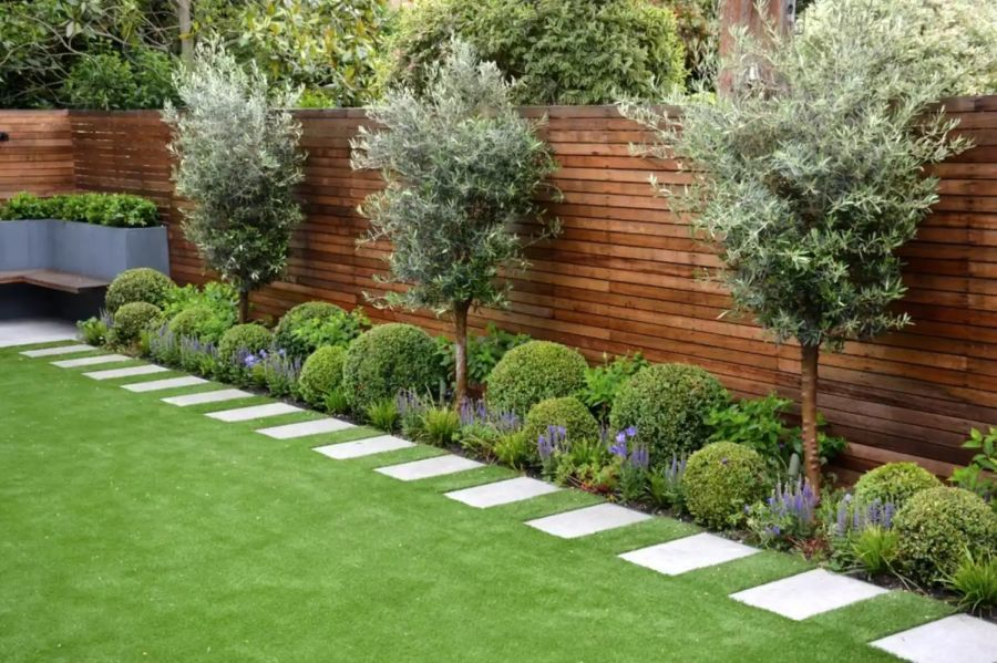 Rendezett hátsó kert szimmetrikus elrendezéssel