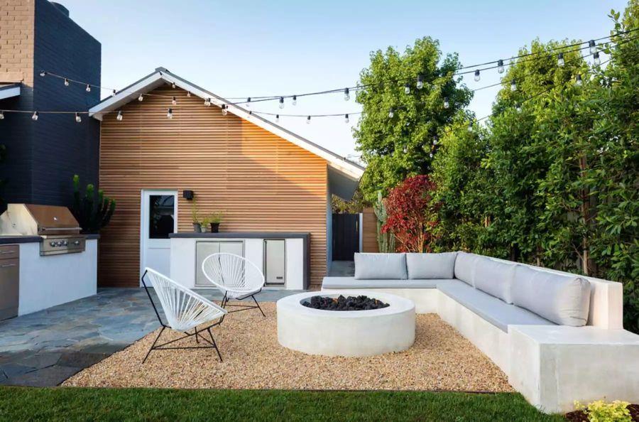 Modern hátsó kert beton tűzrakóval