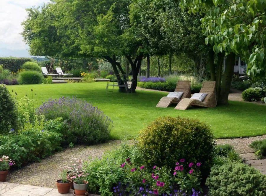 Hátsó kert árnyékot adó fákkal