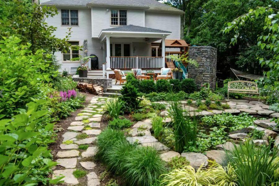 Hátsó kert kerti tipegővel