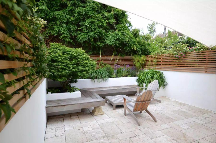 Hátsó pihenőpados kertrészlet
