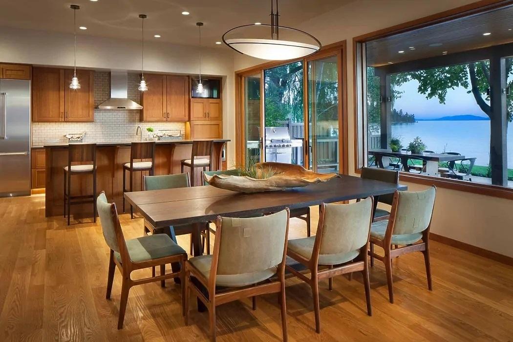 Étkező és konyha sok fafelülettel