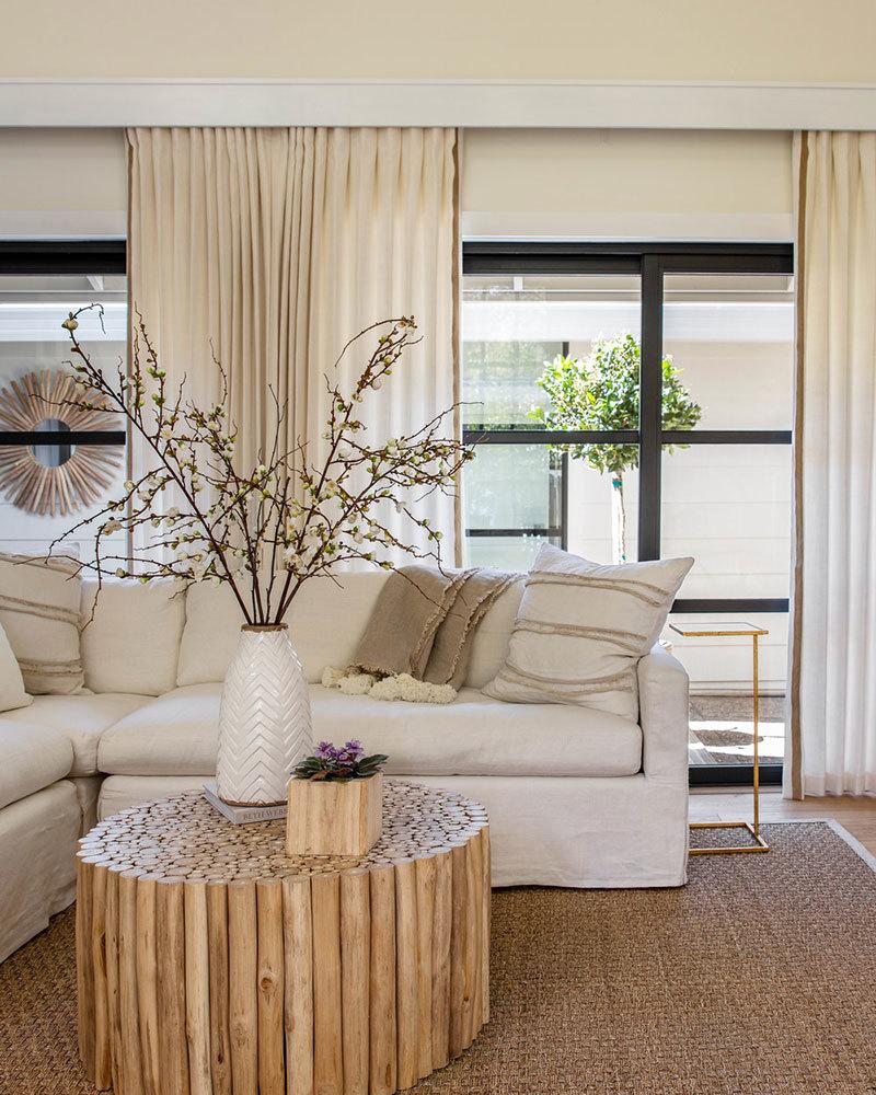 Natúr színű kanapé és függönyök