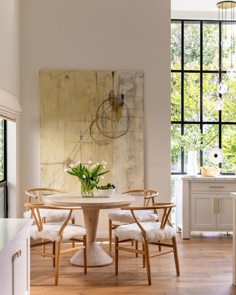 Kis étkező sarok Wishbone székekkel
