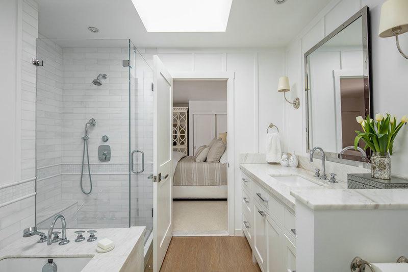 Márványlapokkal kombinált fürdőszoba szekrény