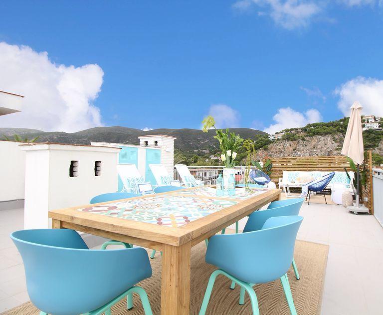 Kültéri étkező kék fotelekkel
