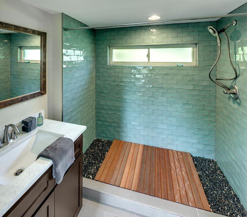 Tágas zuhanyzó a miniházban