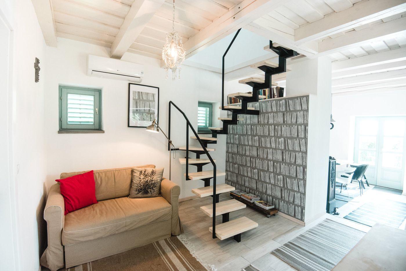 Modern lépcső vezet az emeletre - Noemi's Cottage Balatongyörök