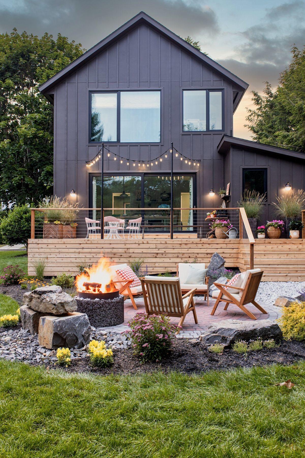 A ház hátsó része a kerttel és a tűzrakóval