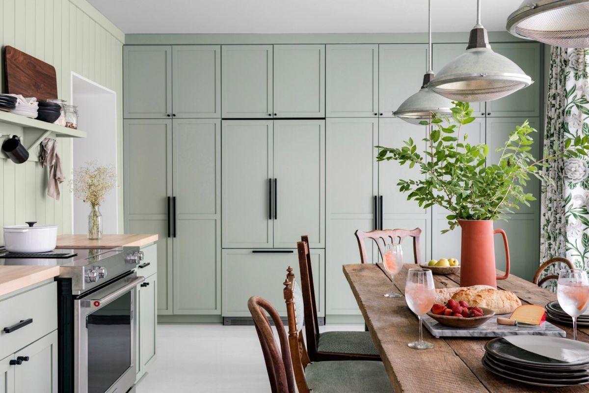 Halványzöld tárolószekrények a konyhában
