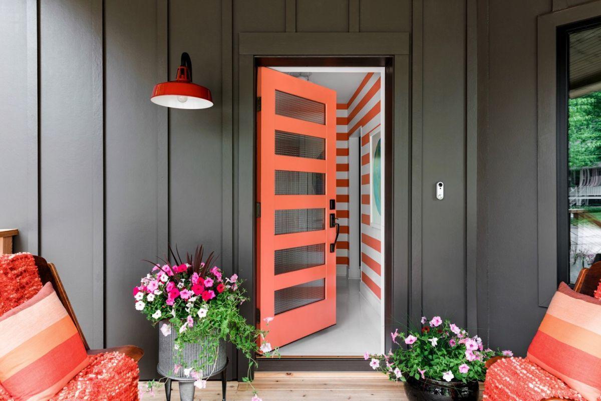 Élénk narancssárga bejárati ajtó osztott üveggel