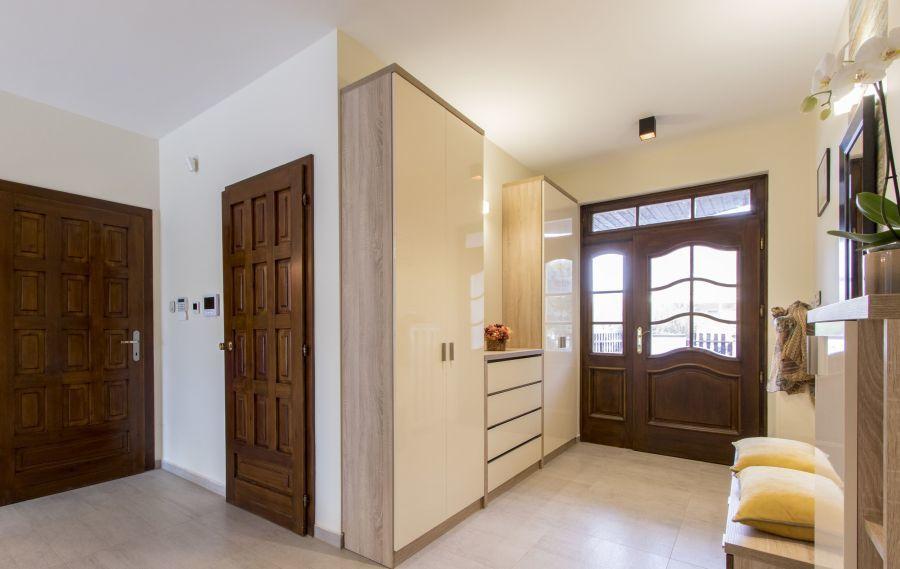 Családi ház bejárat és előszoba