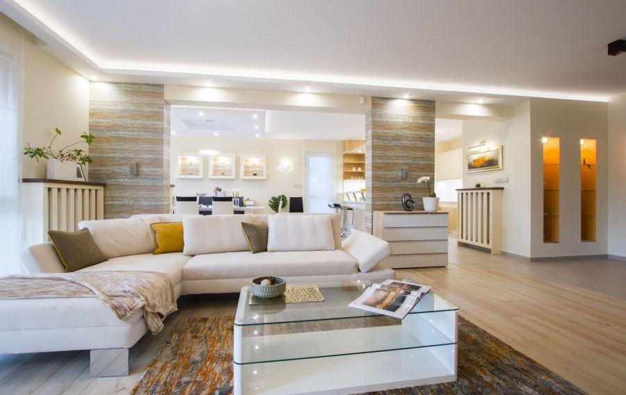 Fehér kanapé és fehér dohányzóasztal világosítja a teret