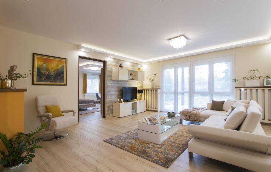 Sárga színek egészítik ki a nappali natúr színeit