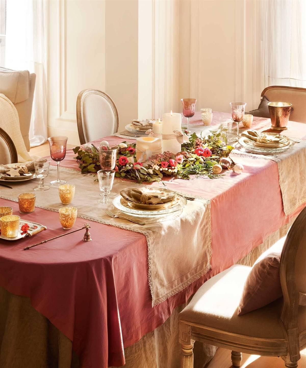 Gyertyák és friss növénydekoráció az élénk színű asztalterítőn