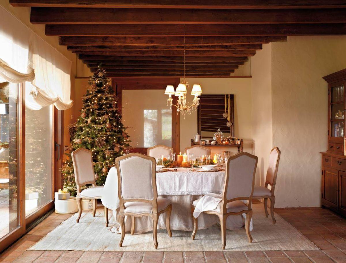 Klasszikus étkező közvetlenül a karácsonyfa mellett