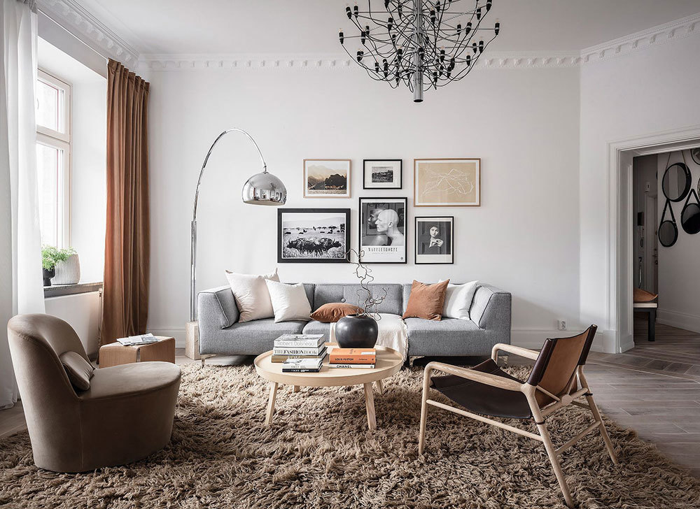 Bolyhos barna szőnyeg és szürke kanapé