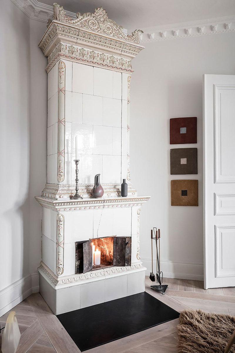 Klasszikus régi fehér cserépkályha svéd lakásban