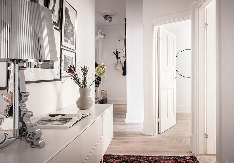 Fehér előszobai szekrény és fehér fal