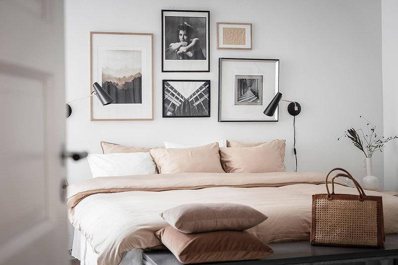 A hálószobában is képek kerültek a fejvég fölé