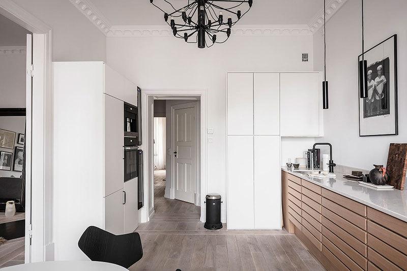 Fehér szekrények egészítik ki a natúr konyhabútort