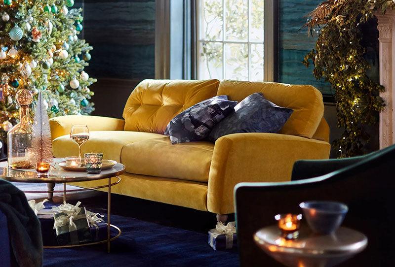 Sárga kanapé kék fallal