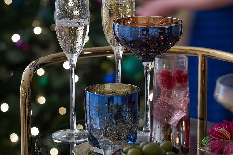 Színes poharak és pezsgőspohár