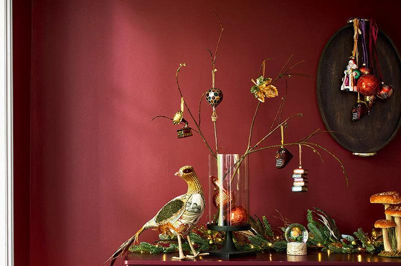 Feldíszített aranyágak madárral